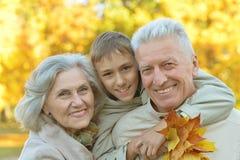 Ευτυχείς χαμογελώντας παππούδες και γιαγιάδες Στοκ Εικόνες