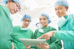 Ευτυχείς χειρούργοι που συζητούν τη λειτουργική διαδικασία επιτυχίας Στοκ φωτογραφία με δικαίωμα ελεύθερης χρήσης