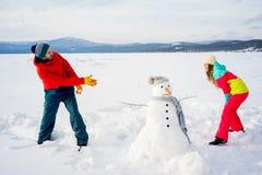 Ευτυχείς χιονιές παιχνιδιού ζευγών Στοκ Φωτογραφίες