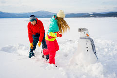 Ευτυχείς χιονιές παιχνιδιού ζευγών Στοκ φωτογραφίες με δικαίωμα ελεύθερης χρήσης