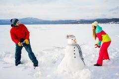 Ευτυχείς χιονιές παιχνιδιού ζευγών Στοκ Εικόνες