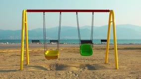Ευτυχείς χρονικές θέσεις παιδικών χαρών για τα παιδιά στη φύση φιλμ μικρού μήκους