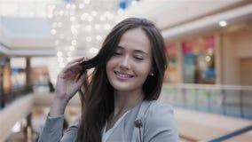 Ευτυχείς όμορφες στάσεις πορτρέτου γυναικών στο κατάστημα Ελκυστικό καυκάσιο χαμόγελο κοριτσιών στη μεγάλη λεωφόρο απόθεμα βίντεο