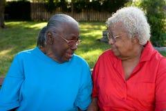 Ευτυχείς ώριμες αδελφές αφροαμερικάνων που γελούν και που χαμογελούν Στοκ Εικόνες