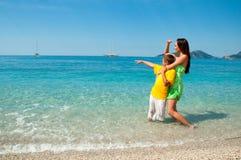 Ευτυχείς mom και γιος στο κοίταγμα παραλιών θάλασσας Στοκ εικόνες με δικαίωμα ελεύθερης χρήσης