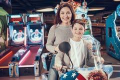 Ευτυχείς mom και γιος στο λούνα παρκ Στοκ Εικόνες