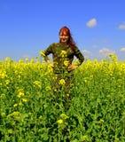 Ευτυχείς redhead κίτρινοι τομείς γυναικών κάλυψης Στοκ Εικόνα