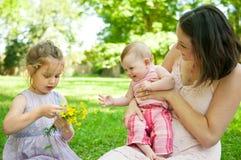 Ευτυχισμένη ζωή - μητέρα με τα παιδιά Στοκ Φωτογραφίες