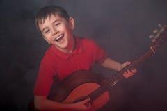 Τραγουδώντας αγόρι με την ακουστική κιθάρα Στοκ Εικόνα