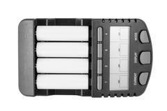 Ευφυής φορτιστής μπαταριών με τις μπαταρίες AA Στοκ φωτογραφία με δικαίωμα ελεύθερης χρήσης