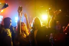 Ευχάριστα άνθρωποι που κραυγάζουν στη μουσική συναυλία στοκ φωτογραφίες