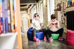 Ευχάριστα ηλιόλουστα παιδιά που κρατούν τα αστεία φωτεινά γυαλιά ηλίου στοκ εικόνα με δικαίωμα ελεύθερης χρήσης