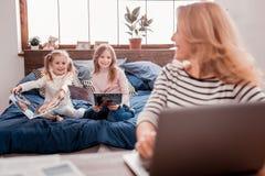Ευχάριστα παιδιά που διαβάζουν τα περιοδικά στοκ φωτογραφία με δικαίωμα ελεύθερης χρήσης