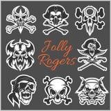 Ευχάριστα σύμβολα του Ρότζερ - διάνυσμα που τίθεται στο σκοτεινό υπόβαθρο Κρανία πειρατών και σκελετός καπετάνιου στο bandana ή t Στοκ εικόνες με δικαίωμα ελεύθερης χρήσης