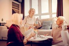 Ευχάριστες συμπαθητικές ηλικιωμένες γυναίκες που απολαμβάνουν την επικοινωνία τους στοκ φωτογραφία με δικαίωμα ελεύθερης χρήσης