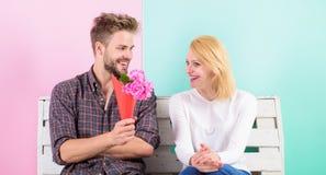 Ευχάριστη έκπληξη για την κυρία την ανθίζει Το άτομο δίνει τα λουλούδια ανθοδεσμών στη φίλη Υπέθεσε το αγαπημένο λουλούδι της Στοκ Εικόνα