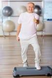 Ευχάριστη ανώτερη αερόμπικ βημάτων άσκησης ατόμων Στοκ εικόνες με δικαίωμα ελεύθερης χρήσης