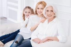 Ευχάριστη ανώτερη γυναίκα που στηρίζεται με την οικογένειά της στοκ εικόνες