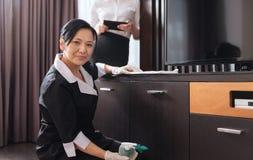 Ευχάριστη ασιατική γυναίκα που εργάζεται σε ένα ξενοδοχείο στοκ φωτογραφία με δικαίωμα ελεύθερης χρήσης