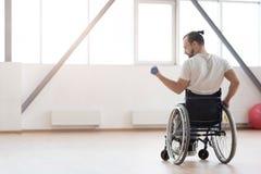 Ευχάριστη νέα άκυρη άσκηση με τα βάρη στη γυμναστική Στοκ εικόνα με δικαίωμα ελεύθερης χρήσης