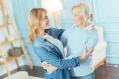 Ευχάριστη νέα γυναίκα που συναντά την καλά γιαγιά και το χαμόγελό της Στοκ Εικόνες