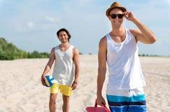 Ευχάριστοι εύθυμοι φίλοι που στηρίζονται στην παραλία Στοκ φωτογραφίες με δικαίωμα ελεύθερης χρήσης