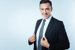 Ευχάριστος βέβαιος επιχειρηματίας που είναι στην εργασία Στοκ φωτογραφίες με δικαίωμα ελεύθερης χρήσης