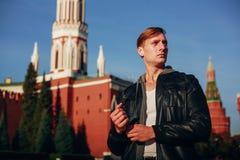 Ευχάριστος νεαρός άνδρας που ταξιδεύει στη Μόσχα στοκ φωτογραφία