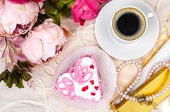 Ευχάριστος, πολυτέλεια, ρομαντικό κέικ στην καρδιά μορφής Ημέρα βαλεντίνων ` s στις 14 Φεβρουαρίου Στοκ Εικόνες
