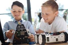Ευχάριστο αγόρι που λειτουργεί το ρομποτικό κοσμικό πολεμιστή του Στοκ εικόνα με δικαίωμα ελεύθερης χρήσης