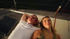 Ευχάριστο νέο ζεύγος που μιλά σε μια βάρκα απόθεμα βίντεο