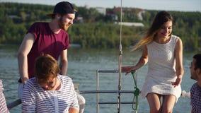 Ευχάριστο ταξίδι νερού με τους φίλους απόθεμα βίντεο