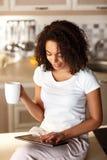 Ευχάριστο τσάι κατανάλωσης κοριτσιών Στοκ Εικόνες