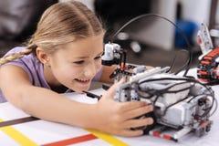 Ευχαρίστησε λίγο μαθητή που ερευνά τις νέες τεχνολογίες στο σχολείο Στοκ Εικόνες