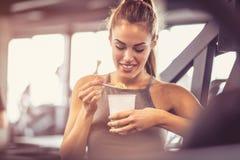 ευχαρίστηση Γυναίκα στη γυμναστική στοκ φωτογραφίες