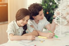 Ευχαριστημένα θετικά παιδιά που μελετούν από κοινού Στοκ εικόνες με δικαίωμα ελεύθερης χρήσης