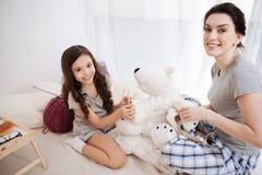 Ευχαριστημένα νέα παίζοντας παιχνίδια μητέρων και κορών στο σπίτι Στοκ φωτογραφία με δικαίωμα ελεύθερης χρήσης