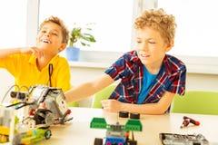 Ευχαριστημένα χαριτωμένα αγόρια που ενδιαφέρονται για τη ρομποτική στοκ φωτογραφίες με δικαίωμα ελεύθερης χρήσης