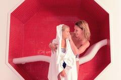 Ευχαριστημένες ευτυχείς μητέρα και κόρη που εξετάζουν η μια την άλλη στοκ φωτογραφίες με δικαίωμα ελεύθερης χρήσης