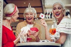 Ευχαριστημένες χαρούμενες ηλικίας γυναίκες που έχουν τη διασκέδαση από κοινού στοκ φωτογραφία με δικαίωμα ελεύθερης χρήσης