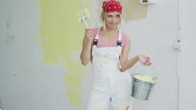 Ευχαριστημένη γυναίκα με τον κάδο βουρτσών και χρωμάτων απόθεμα βίντεο