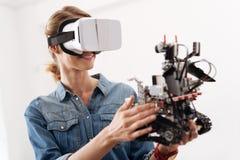 Ευχαριστημένη γυναίκα που απολαμβάνει τις ψηφιακές συσκευές στο εσωτερικό Στοκ εικόνα με δικαίωμα ελεύθερης χρήσης