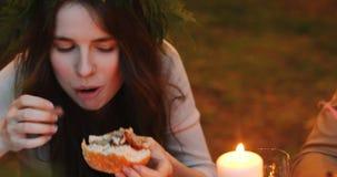 Ευχαριστημένη γυναίκα που τρώει το χάμπουργκερ απόθεμα βίντεο