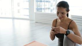 Ευχαριστημένη γυναίκα που χρησιμοποιεί το κινητό τηλέφωνο απόθεμα βίντεο