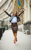 Ευχαριστημένη επιχειρησιακή γυναίκα που πηδά για τη χαρά μιλώντας στο sm Στοκ εικόνες με δικαίωμα ελεύθερης χρήσης