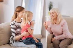 Ευχαριστημένη η Νίκαια γιαγιά που μιλά στην εγγονή της στοκ φωτογραφίες