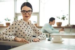 Ευχαριστημένη θετική νέα γυναίκα που χαμογελά σε σας στοκ φωτογραφία