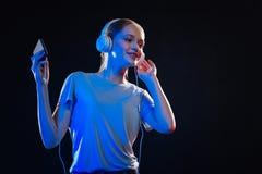 Ευχαριστημένη χαρούμενη γυναίκα που απολαμβάνει το τραγούδι Στοκ φωτογραφία με δικαίωμα ελεύθερης χρήσης