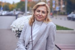 Ευχαριστημένη ώριμη τοποθέτηση γυναικών στην οδό Στοκ φωτογραφία με δικαίωμα ελεύθερης χρήσης