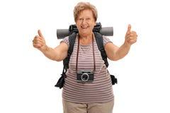 Ευχαριστημένος ανώτερος οδοιπόρος που δίνει δύο αντίχειρες επάνω στοκ εικόνα με δικαίωμα ελεύθερης χρήσης